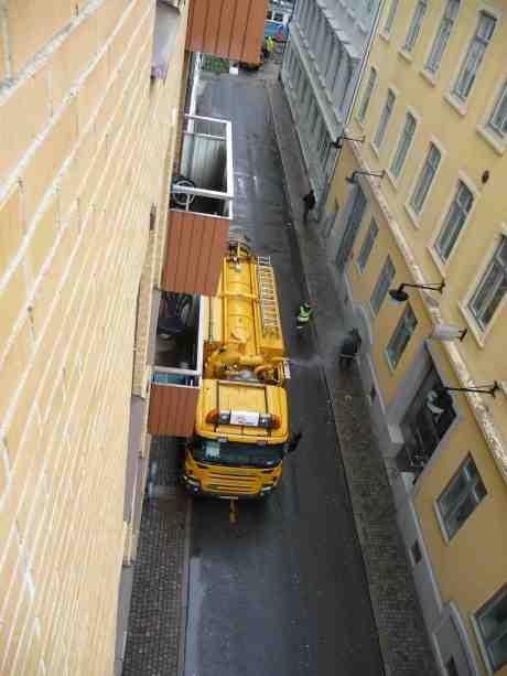Dieselstinkaren och Trafikvakten. Renova-Scanian stod länge och väl och spydde ut avgaser. Arbetsfordon är undantagna från förbudet att köra motorn på tomgång mer än en minut i Göteborg. Det finns ju elektricitet! Men,  trafikvakter får ändå inte bötfälla avgassyndare…. Kronhusgatan tisdag 13 maj 2014 kl 14:57.