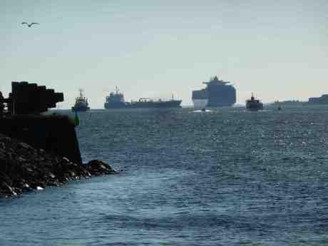 Livlig fartygstrafik vid Skandiahamnen. Från Klippan lördag 7 juni 2014 kl 18:54.
