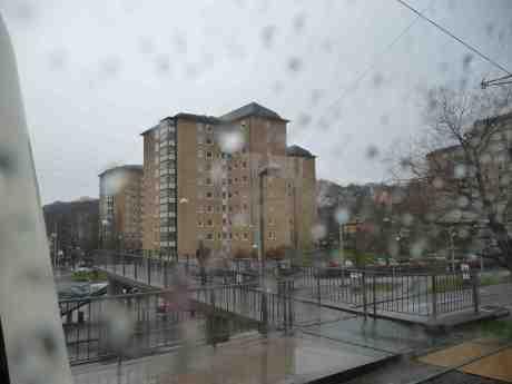 Regnstänkt utsikt från 5:ans spårvagn vid Vågmästareplatsen. Lördag 5 april 2014 kl 15:48