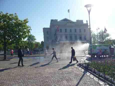 Göteborgsvarvets upphettade löpare blir avkylda vid Stora Teatern av Ångtvättbilen. Lördag 17 maj 2014 kl 17:49.