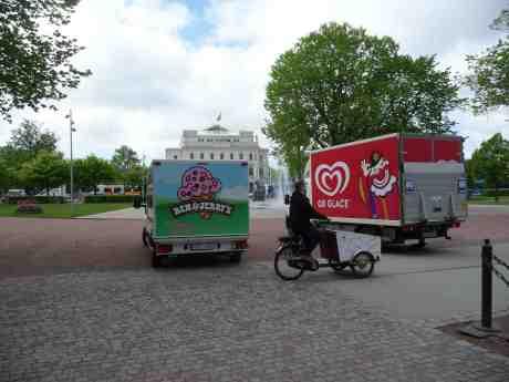 Glassbilar i Bältespännarparken som förmodligen levererat till till kiosken och/eller Grindstugan innanför Trädgårdsföreningens entrè. Fredag 16 maj 2014 kl 11:39.