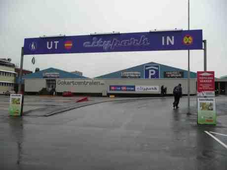 Gokartcentralen på Gullbergsvass i regn. Skärtorsdag 17 april 2014 kl 18:05.