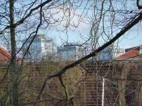Snart döljs dom tre Gothia Towers av grönskan i Trädgårdsföreningen. Nästa gång tornen syns igen från samma plats i slutet av året är East Tower, det högsta till vänster,  just färdigbyggt med sina 100 meter, 31 våningar och 500 hotellrum. Söndag 23 mars 2014 kl 16:33.