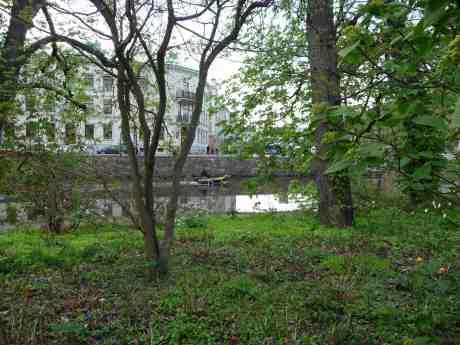 Värmen fick fart på både  grönskan och båtlivet i Trädgårdsföreningen. Fredag 25 april 2014 kl 18:03.