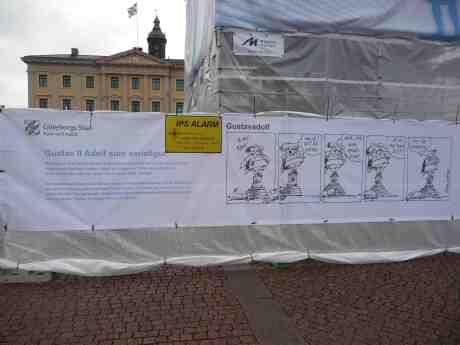Seriefiguren och krigsförbrytaren Gustaf II Adolf på sitt eget Gustaf Adolfs Torg, roligt ritad av Eric Werner. Onsdag 9 april 2014 kl 18:27.