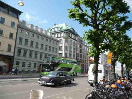HOP ON-HOP OFF, Buick Super 1952 och nyrenoverade Östra Hamngatan 17, numera med med takkupor. Måndag 2 juni 2014 kl 15:13.