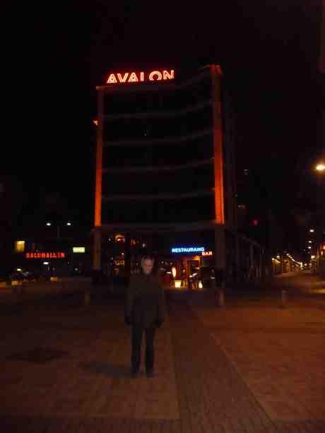 Hotel Avalon vid Kungsportsplatsen nyss besökt av RPSL-medlemmen Mr. Wikander med det stora filatelistiska privatbiblioteket. Tisdag 4 mars 2014 kl 23:54.