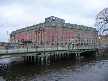 Hotel Post tar ner julskylten. Från Stora Nygatan tisdag 7 januari 2014 kl 14:40.