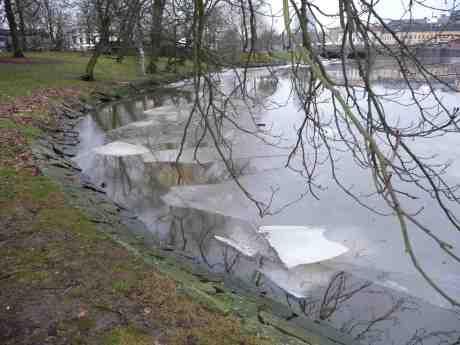 Sista isflaken för säsongen i Vallgraven?Trädgårdsföreningen lördag 8 februari 2014 kl 15:44.
