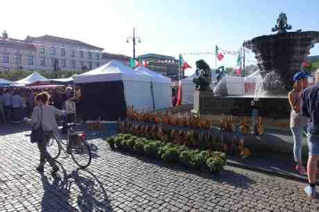 Italiensk marknad på Järntorget med kaningarnerad fontän. Torsdag 26 juni 2014 kl 18:45.