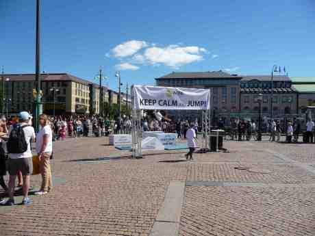 Hoppfullt på Gustaf Adolfs Torg. Lördag 14 juni 2014 kl 15:25.