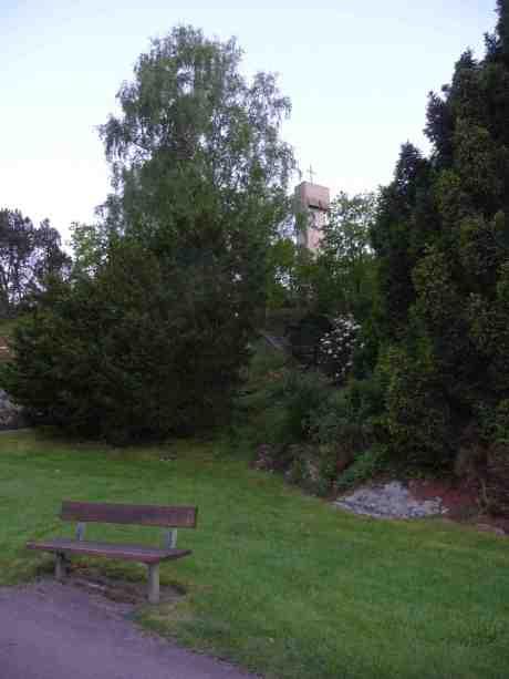 Klockstapeln på Kvibergs kyrkogård ritades av Ragnar Ossian Swensson och var klar till kyrkogårdens invigning1935. Tisdag 20 maj 2014 kl 22:01.
