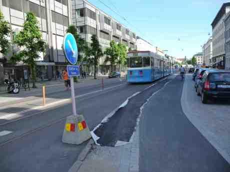 Cykelfarten på cykelfartsgatan var tydligen för hög, så nu har kurvan doserats bättre. Östra Hamngatan  mellan Spannmålsgatan och Kronhusgatan söndag 15 juni 2014 kl 17:58.
