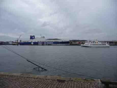 Styrsöbolagets Skarven passerar DFDS' Magnolia Seaways som får bogserhjälp i Frihamnen.  Lördag 3 januari 2014 kl 15:02.