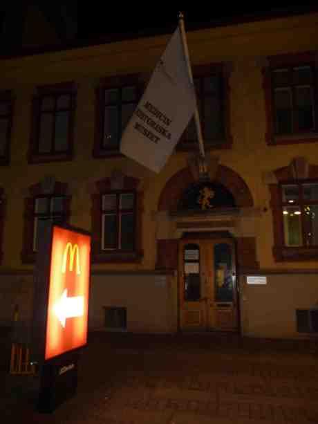 Pilen på M-skylten utanför Medicinhistoriska museet tycks peka åt fel håll. Östra Hamngatan 11 lördag 15 mars 2014 kl 23:51.