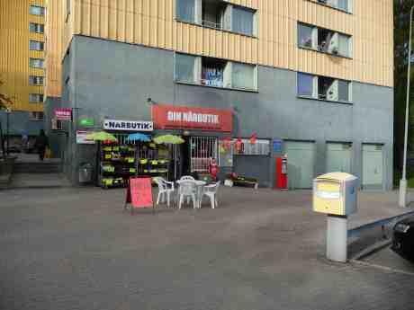 Nytt liv och gott gry i närbutiken på hörnet av Höstvädersgatan och Mildvädersgatan. Måndag 5 maj 2014 kl 18:27.