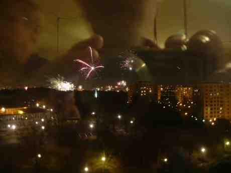 Nyårsfyrverkeri från Höstvädersgatan. Nyårsdagen onsdag 1 januari 2014 kl 0:02.