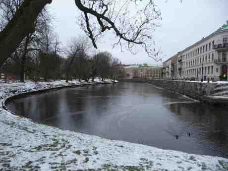 Nyisen i Vallgraven mellan Stora Nygatan och Trädgårdsföreningen jagar flyende andpar. Torsdag 23 januari 2014 kl 14:59.