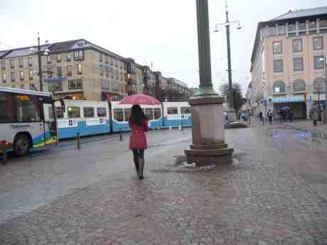 Paraplyelegans i regnet på Fontänbron. Fredag 7 februari 2014 kl 15:04.