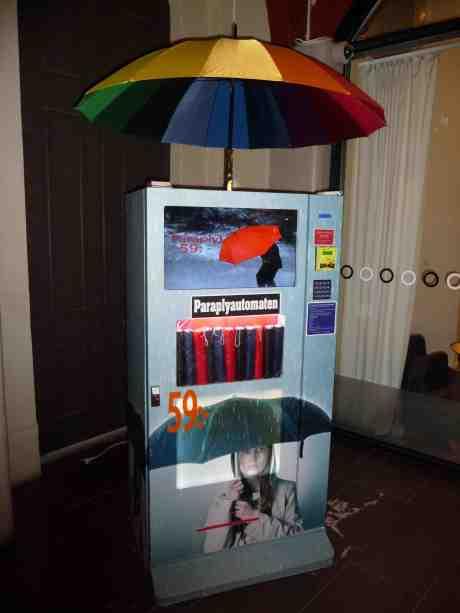 Räddning i regnnöden! Paraplyautomat på Centralen. Tisdag 18 mars 2014 kl 18:30.