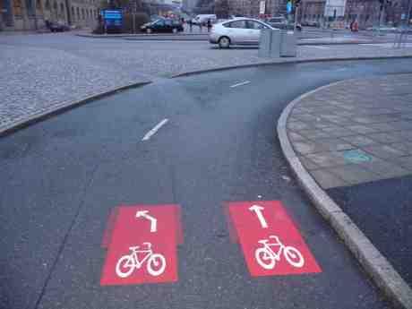 Lättcyklat nu från Stora Bommens bro mot Lilla Bommen när tydliga klargörande anvisningspilar placerats i cykelbanan. Lördag 4 januari 2014 kl 15:30.