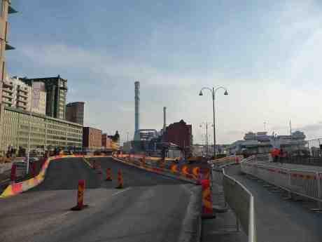 Provisorisk vägbana vid Skeppsbron över det som en gång var Keillers Verkstad och som sedan blev Götaverken på Hisingen tvärs över Göta älv. Måndag Annandag påsk 21 april 2014 kl 18:52.