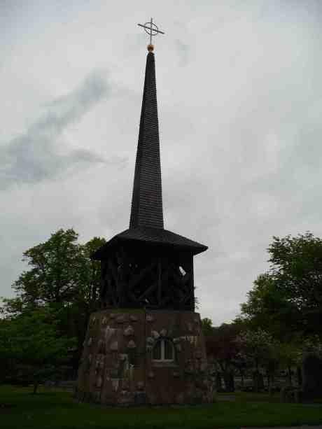 Sankt Matteus' klockstapel från 1956 på Västra kyrkogården en helg då många pyntade sina gravar. Söndag 18 maj 2014 kl 18:41.