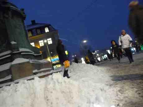 Det snöar istappar vid Kopparmärra. Onsdag 29 januari 2014 kl 17:00.