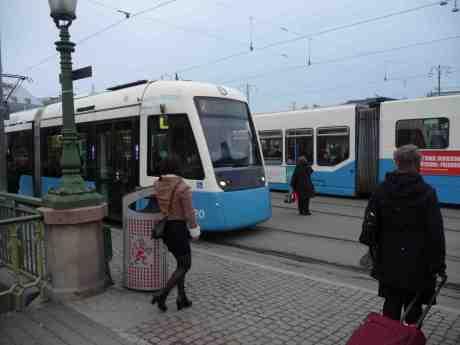 Harry Perssons egen spårvagn på brun linje 7 till Bergsjön. Drottningtorget onsdag 5 mars 2014 kl 16;35.