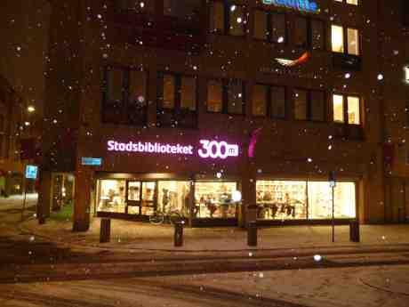 Stadsbiblioteket på Södra Hamngatan-Östra Larmgatan lär försvinna när till oigenkännlighet om- och tillbyggda Stadsbiblioteket på Götaplatsen öppnar igen om en eller annan månad. Måndag 27 januari 2014 kl 18:03.