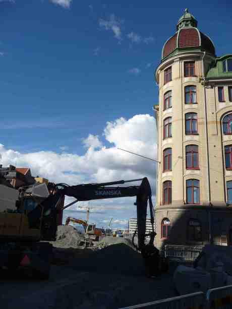 Massakrerade Stora Badhusgatan vid Surbrunnsgatan, med likaledes förstörda Skeppsbron och Stenpiren i bakgrunden.. Måndag 23 juni 2014 kl 17:59.