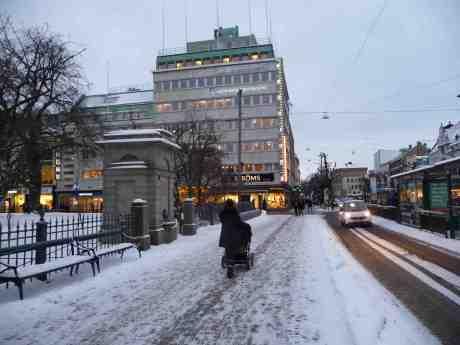 Ströms termometer visar 3 minus. Västra Hamngatan vid Domkyrkobrunnen torsdag 30 januari 2014 kl 16:15.