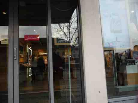 Telia vid Kungsportsplatsen med bakvänd skylt för fönstertittare. Torsdag 27 februari 2014 kl 16:28.