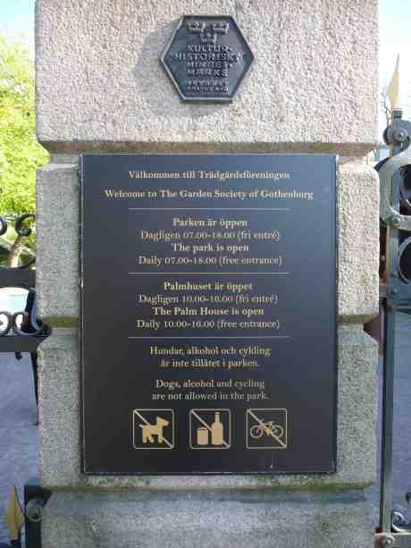 Trädgårdsföreningens skylt vid Slussen fortfarande inte bytt, så inför den tror man att parken stänger 18.00, när det är 20.00. Söndag 4 maj 2014 kl 18:38.