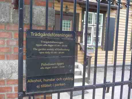I dag är Trädgårdsföreningens skylt vid entrén åt Gamla Allén och Bältespännarparken bytt och parken är  öppen till 20.00. Men skylten åt Slussen, Slussgatan och Drottningtorget är fortfarande inte bytt… Lördag 3 maj 2014 kl 17:56.