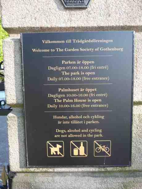 Så var det Första maj igen och som vanligt stänger vakten Trädgårdsföreningen klockan 18 och slänger ut besökarna, trots att parken stänger klockan 20.00. Det gör den maj–augusti. Torsdag 1 maj 2014 kl 18:22.