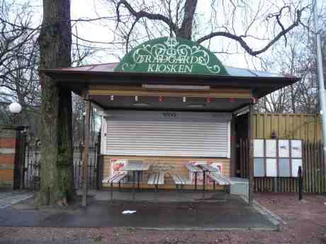 Trädgårdskiosken i träda sedan många månader. Gamla Allén vid Trädgårdsföreningen lördag 22 februari 2014 kl 16:38.