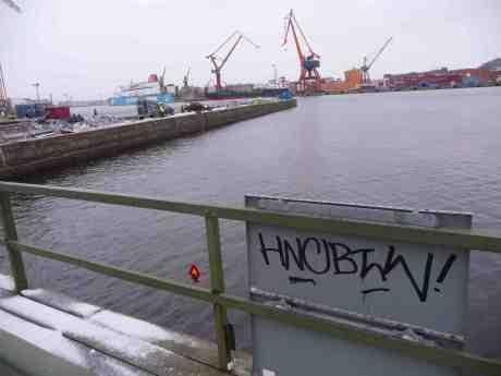 Varningsskylt för ubåtar mellan Stora Bommens bro och den urgröpta Stenpiren. Torsdag 16 januari 2014 kl 15:56.