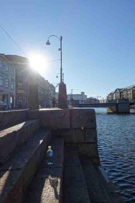 Vodka? Absolut för att bli på kanelen vid kanalen! Södra Hamngatan vid Stora Hamnkanalen måndag 22 september 2014 kl  16:32.