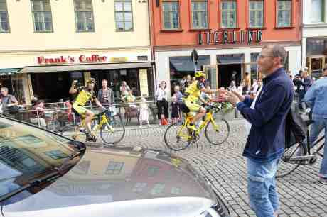 Team Rynkeby cyklar 120 mil till Paris för Barncancerfonden. Kungsportsplatsen lördag 5 juli 2014 kl 17:07.