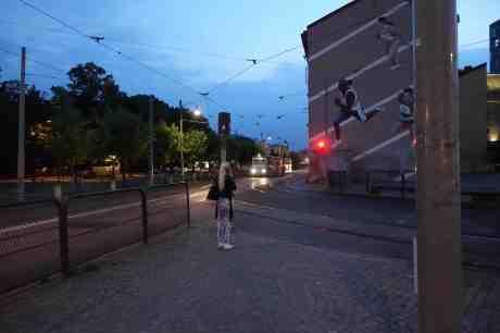 I väntan på att spårvagnen ska passera framför väggmålningen från friidrotts-VM 1995. Torsdag 7 augusti 2014 kl 21:50.