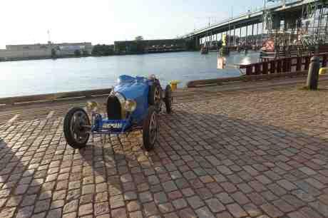 Lennart Haajanens Bugatti 35A 1925 som kuttersmycke akter om barken Viking vid Lilla Bommen. Onsdag 23 juli 2014 kl 20:05.