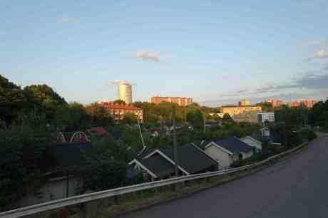 Änggårdskolonin och Guldhedens norra Vattentorn på Hökeberget där vattnet ersatts av studenter. Måndag 21 juli 2014 kl 21:04.