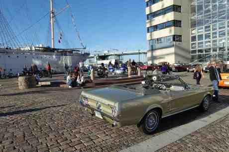 Fortfarande sol och sommar vid Lilla Bommens Torg! Ford Mustang 1967, Viking 1906 och Götaälvbron 1939 onsdag 3 september 2014 kl 17:52.