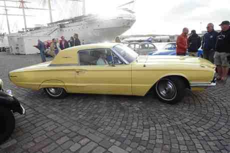 Gula skönheten Ford Thunderbird 1966 lämnar barken  Viking och dess kaj. Onsdag 20 augusti 2014 kl 19:04.