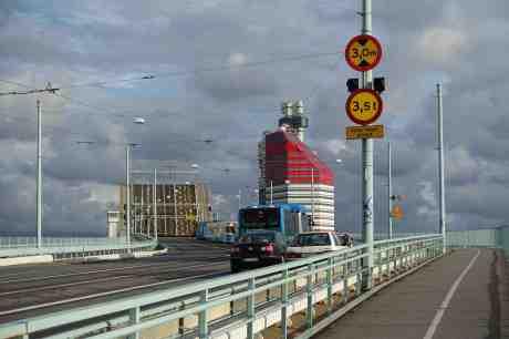 Tjusiga harmoniskt svängda Götaälvbrons fantastiska klaff är öppen. Den som med hjälp av sin motvikt höjts och sänkts i 75 år –  ända sedan 1939! Nu ska dumma göteborgare riva denna förnämliga av tyska byggda ändamålsenliga och helt funktionsdugliga  konstruktion. Det är en vacker bro! Fredag 22 augusti 2014 kl 18:46.