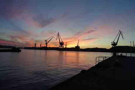 Ännu ligger Götaverken kvar. Startade 1841. Från Packhuskajen måndag 29 september 2014 kl 19:12.
