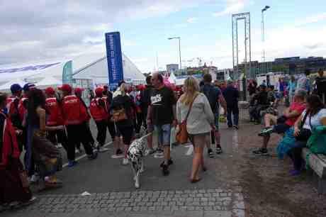Gothia Cup-deltagare på väg mot Ullevi, som skymtar längst bort, för att inviga världens största fotbollscup för ungdomar mellan 11 och 19 år. Pågår till 19 juli. Heden måndag 14 juli 2014 kl 18:57.