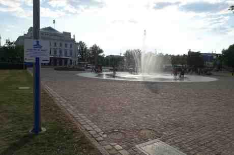 Läge för ett dopp i den 32-gradiga värmen. Bältespännarparken torsdag 24 juli 2014 kl 18:40.