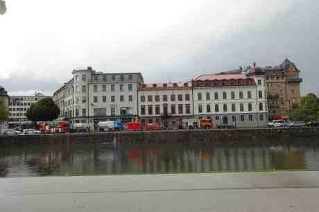 Pumpa läns! Källaröversvämning på Stora Nygatan fyller upp Vallgraven. Söndag 24 augusti 2014 kl 17:30.